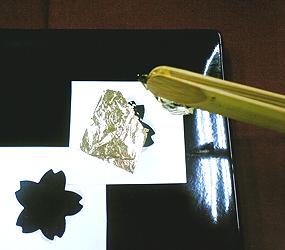 金箔を貼る